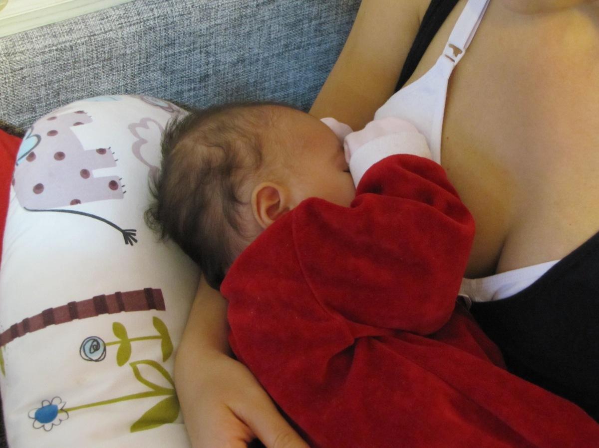Despre striurile de sânge în scaunul bebelușilor alăptați